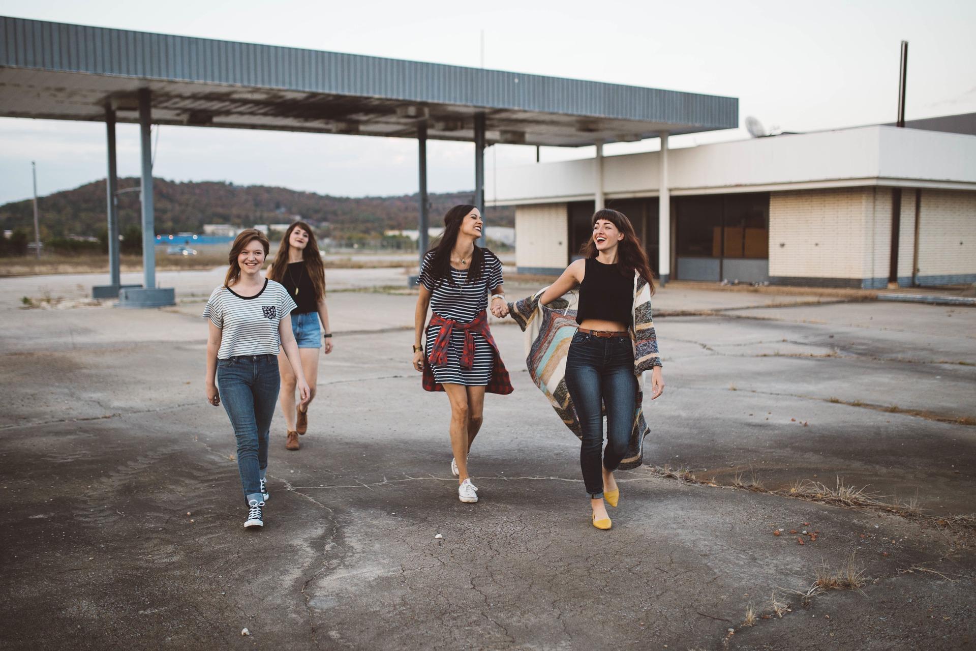girls-friends-talking